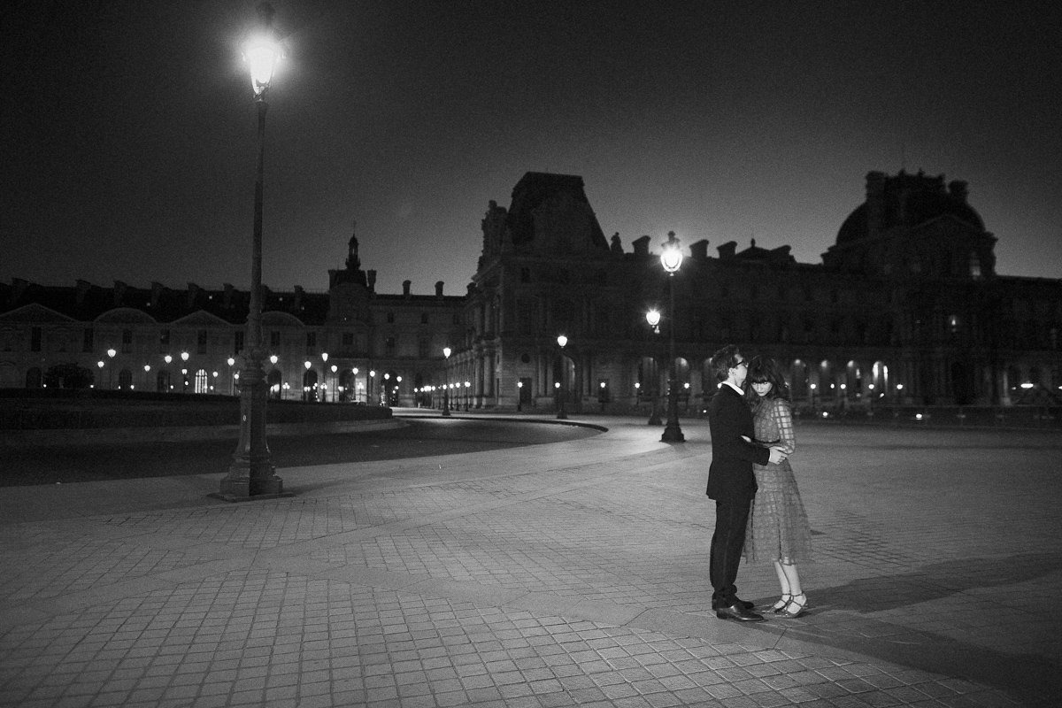 Couple session photographer. Anniversary photoshoot in Paris. The Louvre by night
