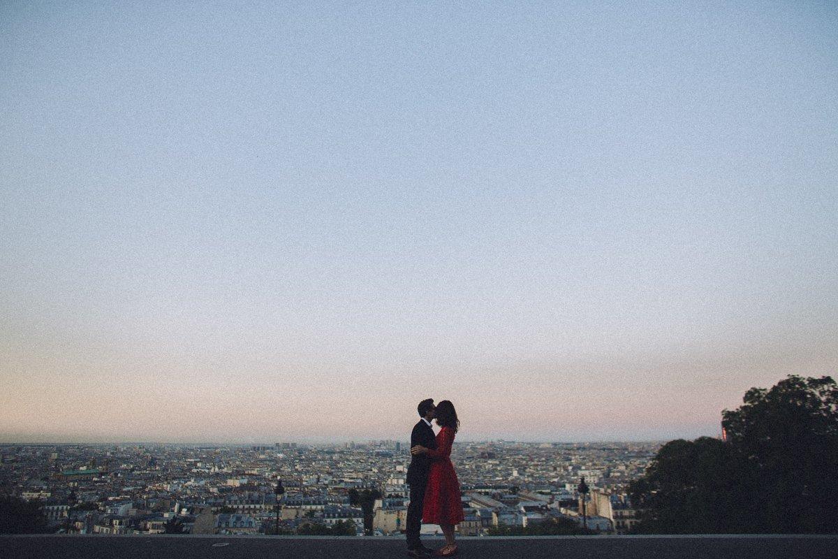 Couple session photographer in Paris. Couple in Paris by night. Photographe De Mariage Paris