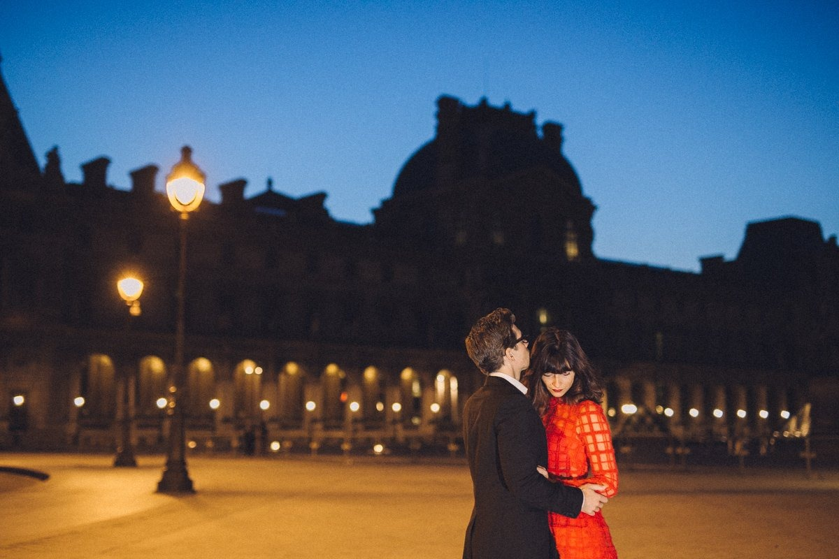 Couple session photographer in Paris. Couple in Paris by night