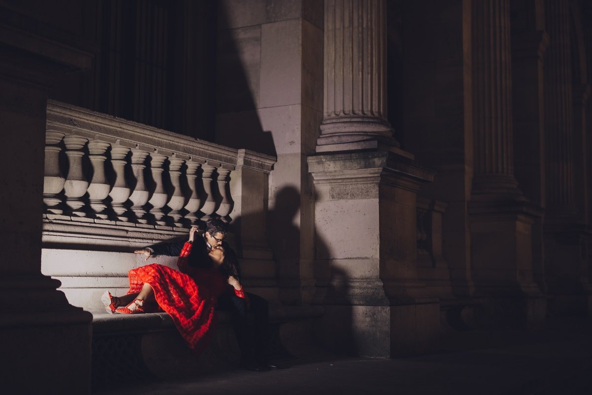 Couple session photographer in Paris. Couple in Paris by night. Paris wedding photographer