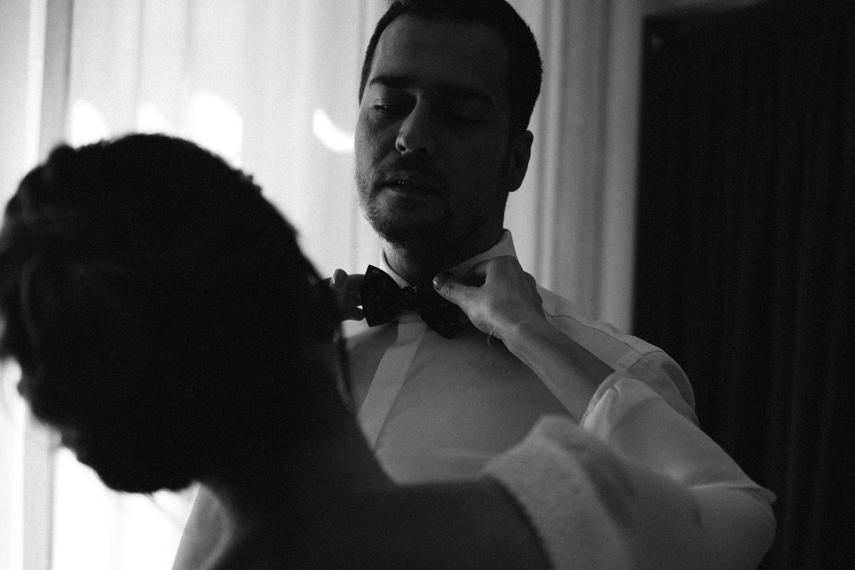 Elopement photographer in Milan. Groom getting ready