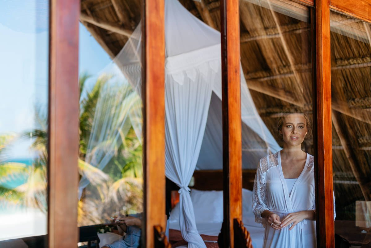 Wedding photographer Tulum, Beach wedding in Mexico. The bride gets ready in a fresh cabana overlooking the ocean