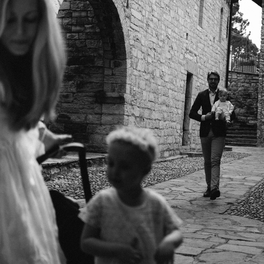 Family session photographer in lake como. Groom