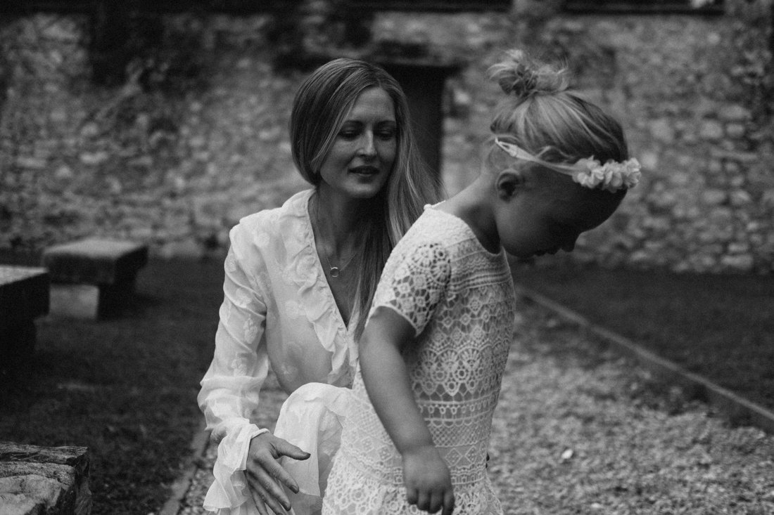 Family session photographer in lake como. Bride and daughter
