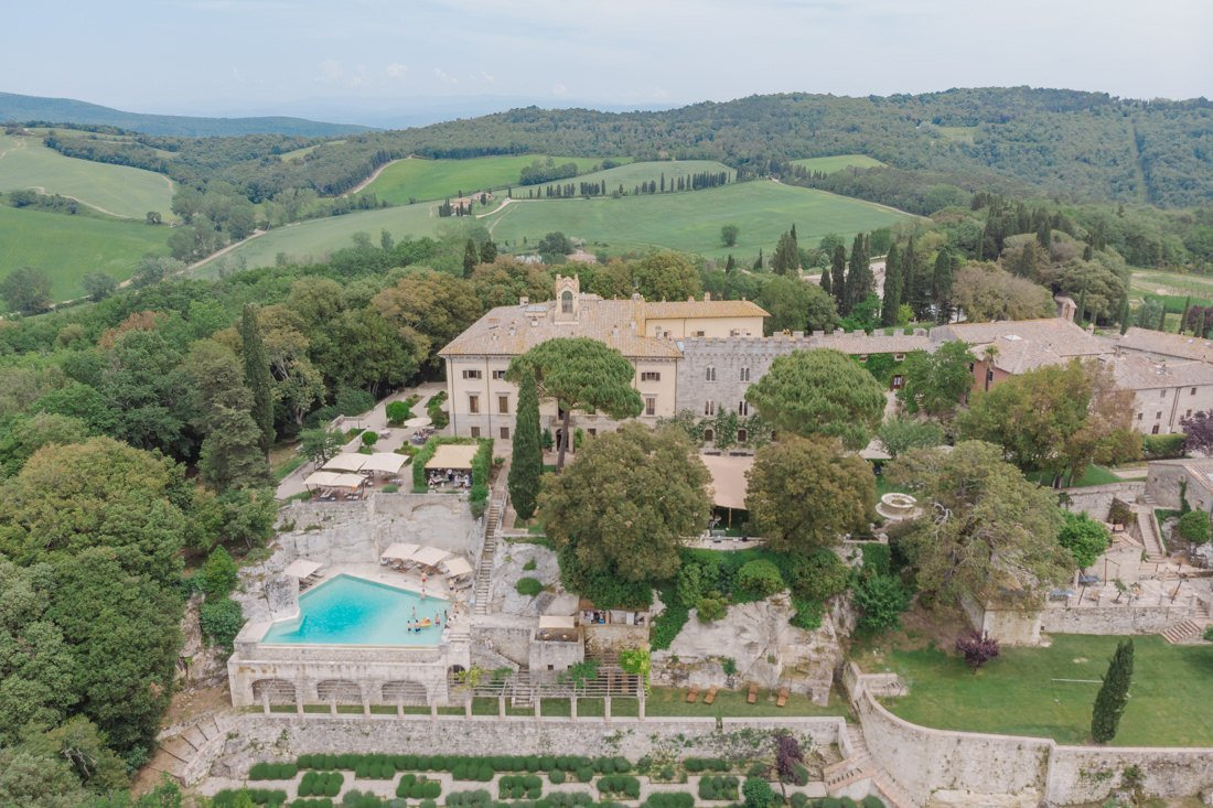 Tuscany destination wedding. Wedding in Borgo Pignano villa