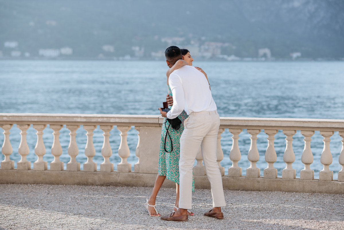 romantic couple photos on Lake Como